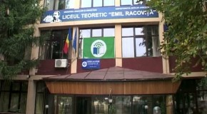 """Unii elevi de la Liceul """"Emil Racoviţă"""" Vaslui nu au putut primi tablete deoarece şcoala nu are director"""