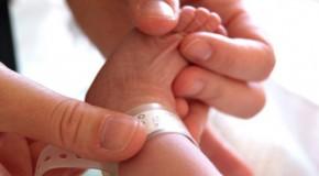 Doua mame au primit copiii gresiti la maternitate. Cum explica spitalul gafa