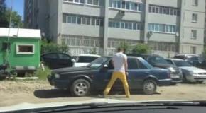 Inimaginabil: Cum s-a răzbunat un bărbat care şi-a găsit maşina blocată în parcare