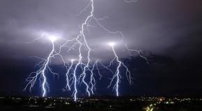 Când rişti să fii lovit de fulger? Iată lista celor mai periculoase activităţi