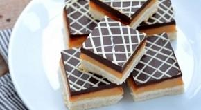"""Mmmm, combinaţia fatală: ciocolată, caramel şi biscuiţi! Prăjitura """"milionarului"""", un desert pe care îl poate face chiar şi un copil"""