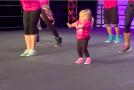 A intrat pe scenă şi imediat a început să danseze!(video)
