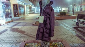 Campanie INEDITĂ: Copaci îmbrăcaţi cu haine, în Bulgaria, pentru oamenii străzii