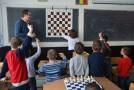Un poliţist din Huşi, În timpul liber, învaţă sute de copii să joace şah la nivel de performanţă