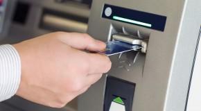 Un bărbat a rămas blocat în bancomatul pe care trebuia să-l repare
