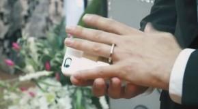 Un bărbat s-a căsătorit cu propriul smartphone!