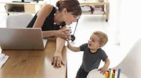 De ce unele mame postează non-stop pe Facebook?
