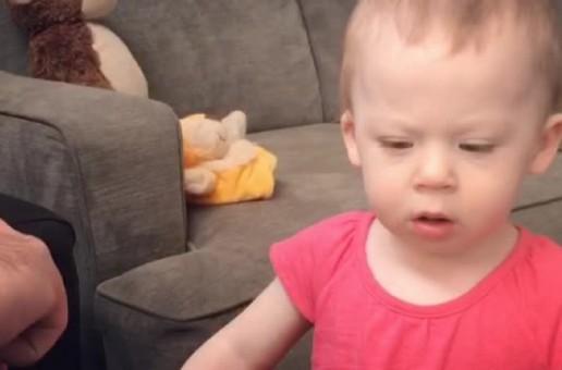O fetiță îi învață pe toți cum face, de fapt, calul! Râzi cu lacrimi! (VIDEO)