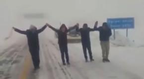 """Haz de necaz! Românii se bazează pe """"dansul înzăpeziților"""", în plin sezon primăvăratec. V-a surprins și pe voi vremea rea? Luați și învățați (VIDEO)"""