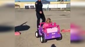 Un polițist a oprit o fetiță care conducea o mașină de jucărie și i-a cerut actele, dar reacția puștoaicei a fost de-a dreptul savuroasă!