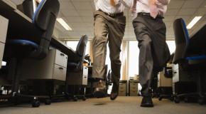 Șeful unei companii s-a săturat să vadă cum angajații săi aleargă pe holurile firmei, așa că le-a copt o farsă de zile mari!