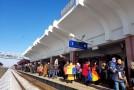 """VIDEO REPORTAJ – Părinți, bunici și nepoți au întâmpinat """"Trenul Unirii"""" în gara Vaslui. Au încins hore și-au cântat la unison"""