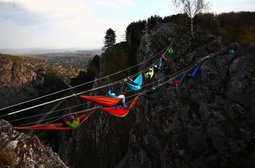 Experiență inedită: Relaxare în hamace, la 200 de metri înalțime