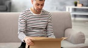 Un bărbat a comandat hrană de câini pe internet, dar a trăit un adevărat șoc când a deschis cutia!