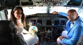 Un pilot din Iaşi s-a însurat la bordul aeronavei pe care o pilotează