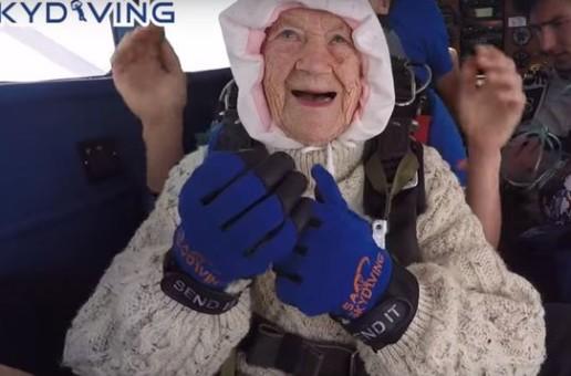 La 102 ani, această bătrânică a devenit cea mai vârstnică persoană ce a sărit cu paraşuta – VIDEO