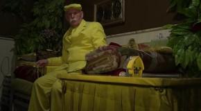 Se îmbracă numai în galben de 35 de ani!