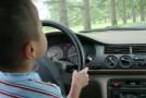 Copil de 11 ani, la volan pe străzile din Huși! A lovit doua autoturisme și a înfipt mașina într-o conductă de gaz