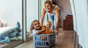Mamele petrec 97 de ore pe săptămână făcând sarcini zilnice – echivalentul unui job bine plătit