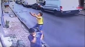 Un adolescent a prins un bebeluș care a căzut de la etajul doi. VIDEO incredibil