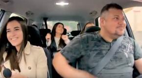 Un taximetrist oferă curse gratuite pasagerilor. Ce îi pune să facă (video)