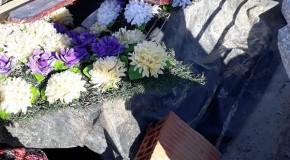 Mort acoperit cu prelata, lãsat de izbeliste în cimitir!