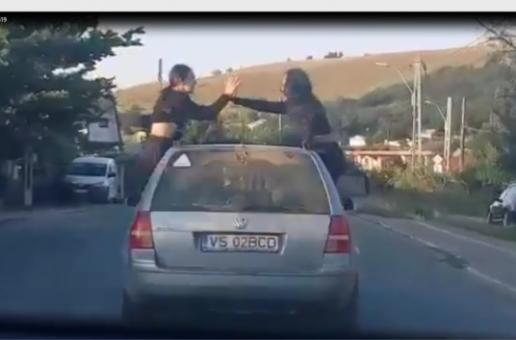 Două fete care au ieşit pe geamul maşinii în timpul mersului au fost sancționate de polițiști