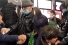 Bătaie într-un autobuz din Iași. O femeie care nu purta mască a fost lovită cu palma de un alt pasager | VIDEO