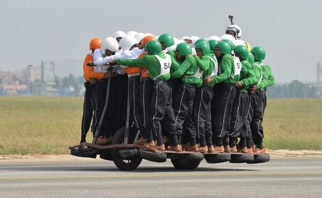No te vas a creer el nuevo récord: 58 hombres subidos en una moto