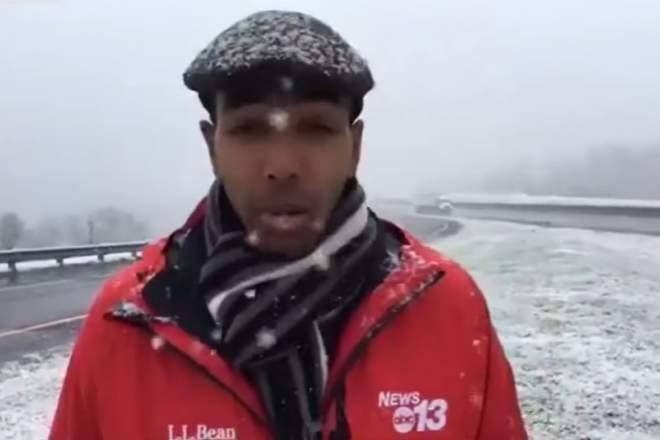 reporter negru zapada